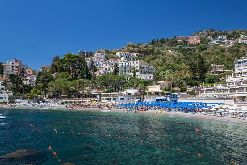 La baia e la spiaggia in Taormina in Sicilia immagine stock libera da diritti