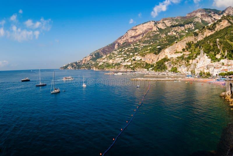 La baia ed il villaggio di Amalfi fotografia stock libera da diritti
