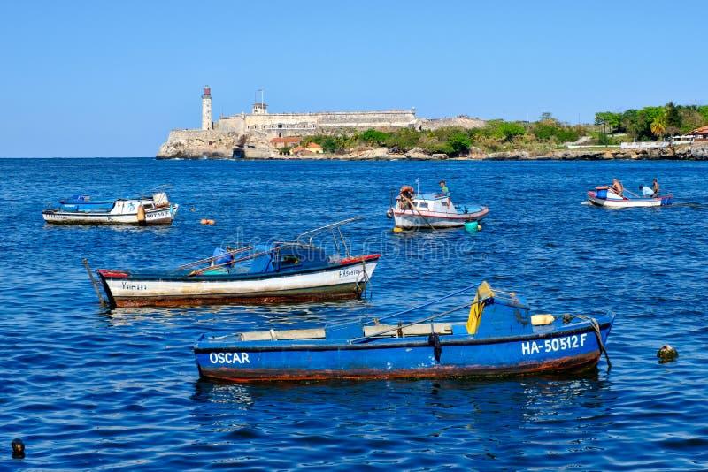 La baie de La Havane avec de petits bateaux de p?che photo stock