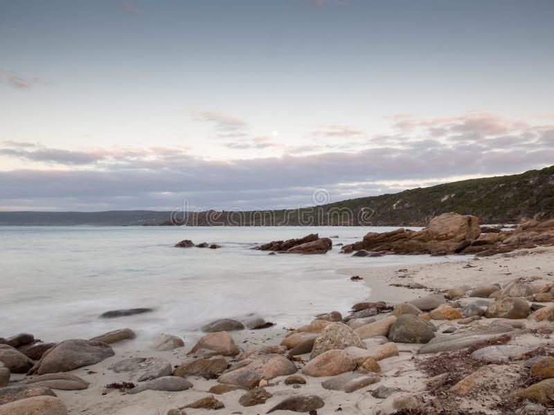 La baie près du canal bascule au coucher du soleil, Australie occidentale image libre de droits