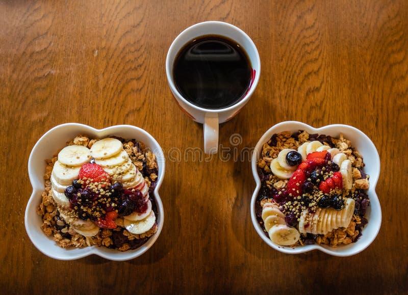 La baie saine d'Acai roule avec le fruit et la granola et le café noir image libre de droits