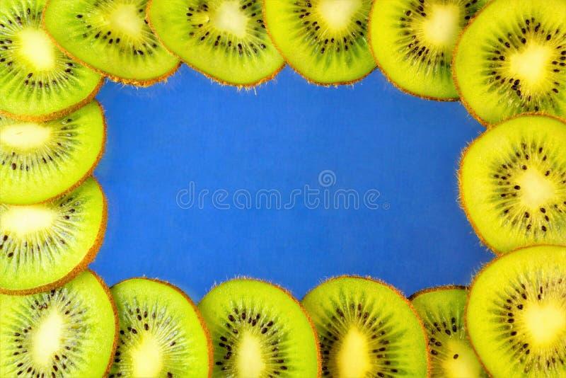 La baie utile de délicatesse de kiwi est chair fraîche et mûre mangée verte ou jaune, utilisé pour la préparation des marinades,  photo libre de droits