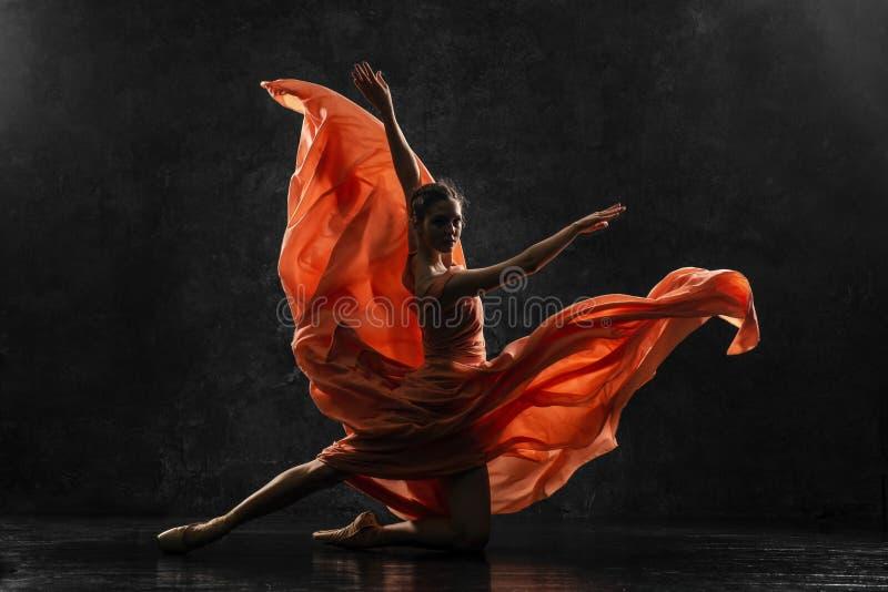 La bailarina demuestra habilidades de la danza Ballet clásico hermoso Foto de la silueta de un bailarín de ballet joven imagenes de archivo