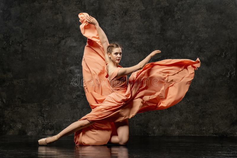 La bailarina demuestra habilidades de la danza Ballet clásico hermoso imagen de archivo libre de regalías