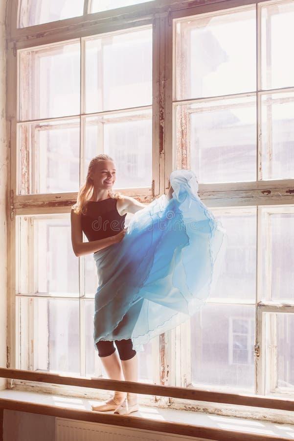 La bailarina está bailando delante de una ventana grande fotos de archivo libres de regalías
