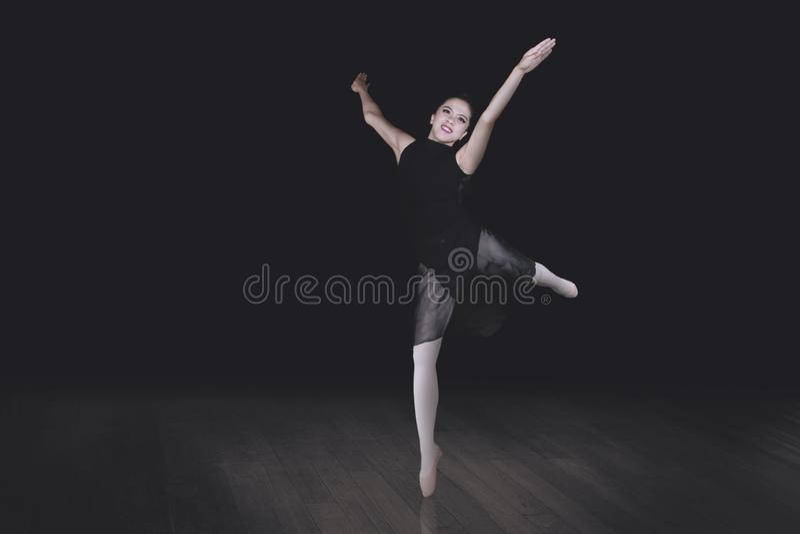 La bailarina está bailando en el fondo oscuro fotos de archivo libres de regalías