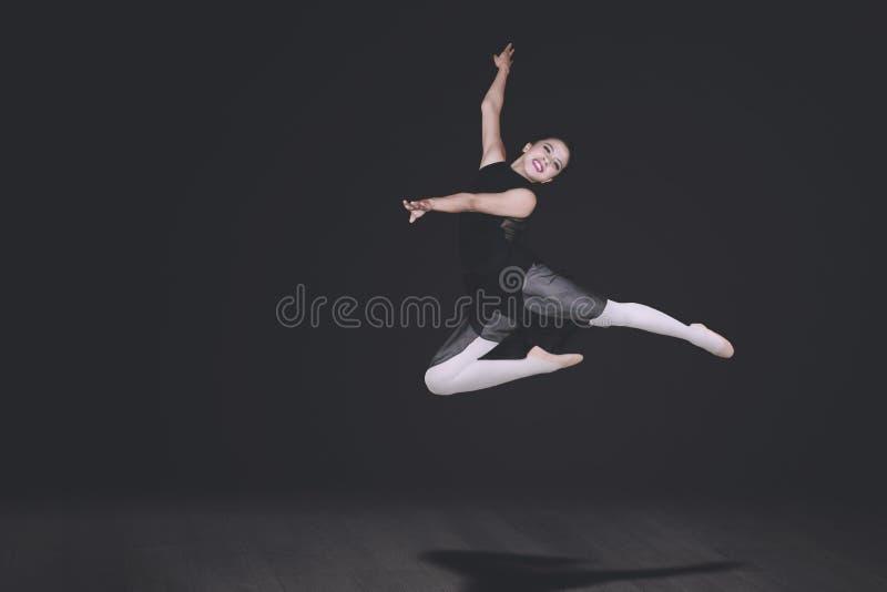 La bailarina hermosa realiza danzas fotografía de archivo libre de regalías