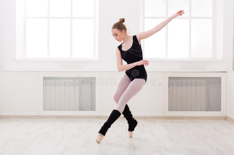 La bailarina hermosa se coloca en ballet monta imágenes de archivo libres de regalías