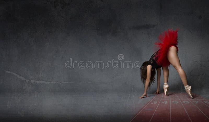 La bailarina le gusta un corredor atlético fotografía de archivo