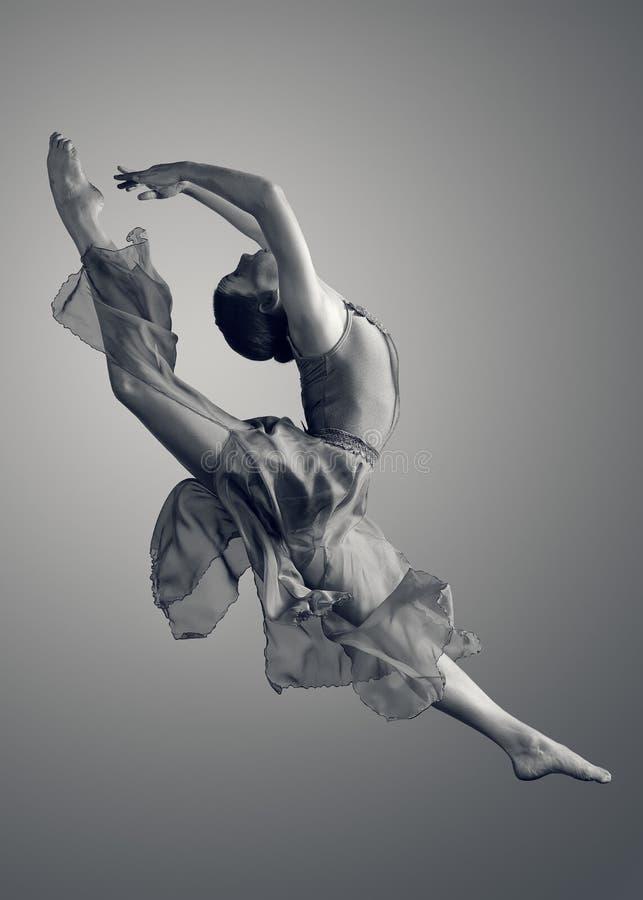 La bailarina que salta para arriba en el aire imagenes de archivo