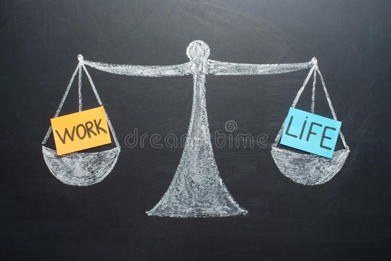 La balanza de la vida del trabajo escala negocio y la opción de la forma de vida de la familia fotografía de archivo libre de regalías