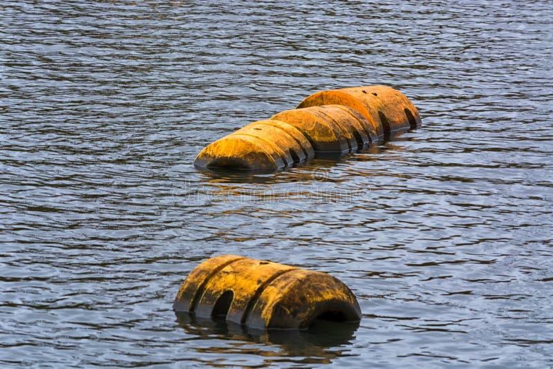 La balise ou le plastique flotte sur la surface de l'eau photo stock