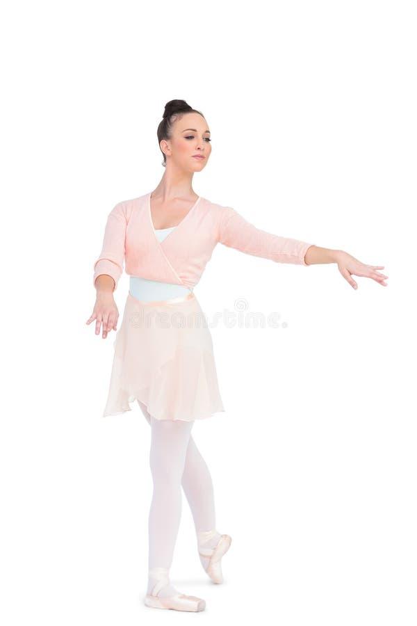 La ballerina attraente calma che posa con le sue armi ha esteso fotografia stock libera da diritti