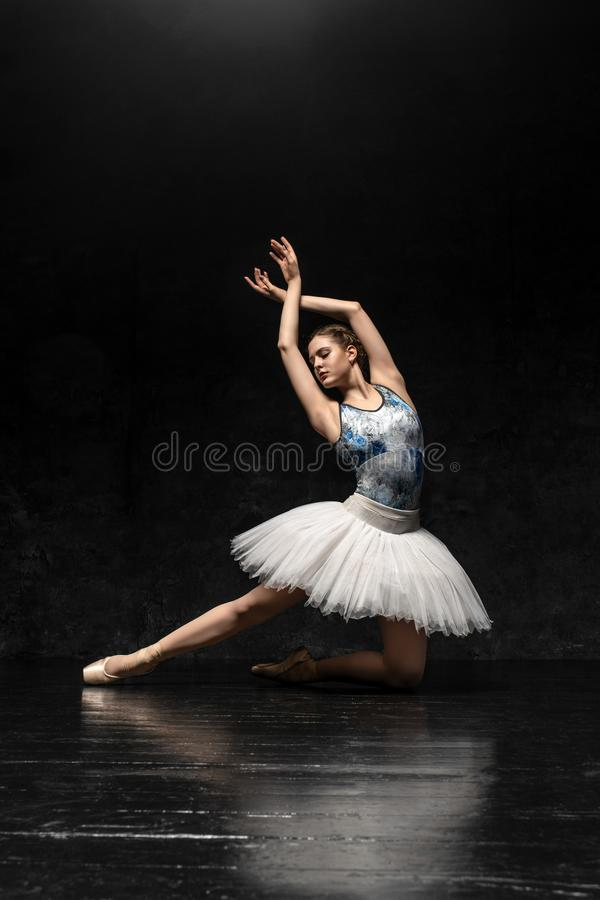La ballerina dimostra le abilità di ballo Bello balletto classico fotografia stock libera da diritti