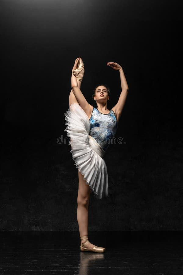 La ballerina dimostra le abilità di ballo Bello balletto classico immagine stock libera da diritti