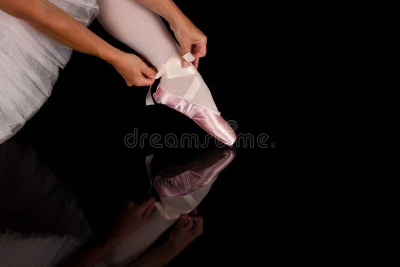 La ballerina ha messo sopra le pantofole per preparare per la prestazione con reflec fotografie stock libere da diritti