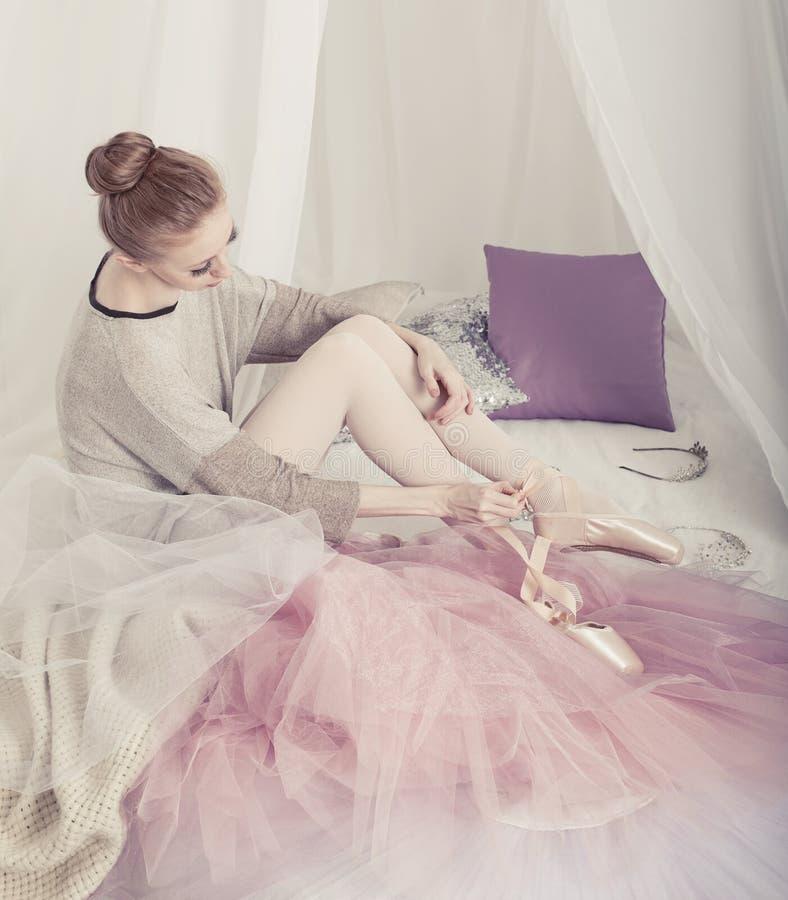 La ballerina rimuove i pointes immagini stock libere da diritti