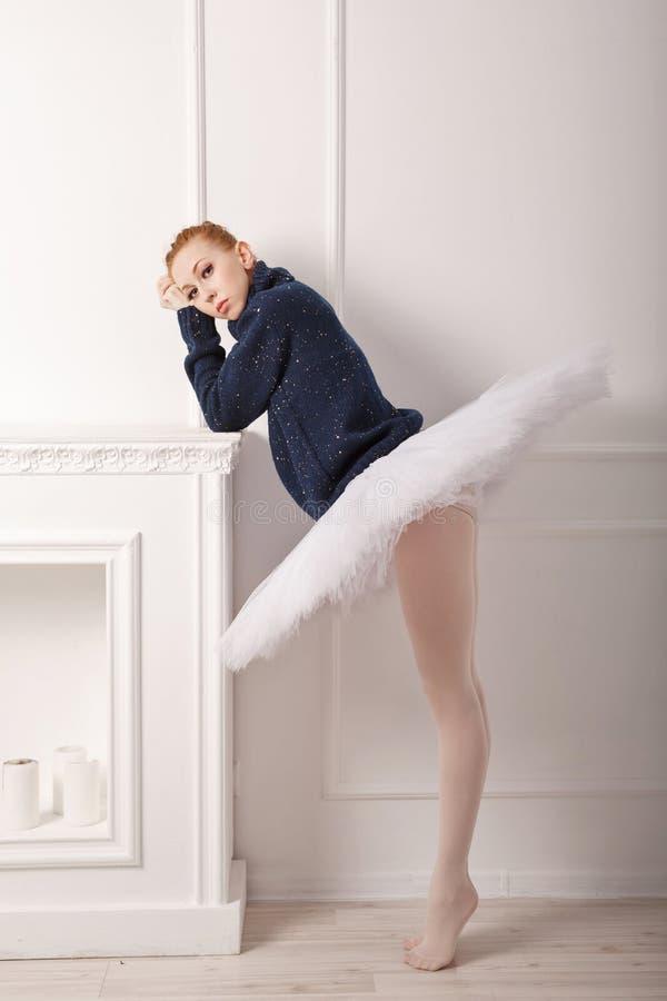 La ballerina si addolora il camino immagine stock libera da diritti