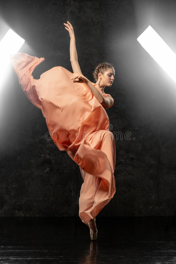 La ballerine démontre des qualifications de danse Beau ballet classique images libres de droits