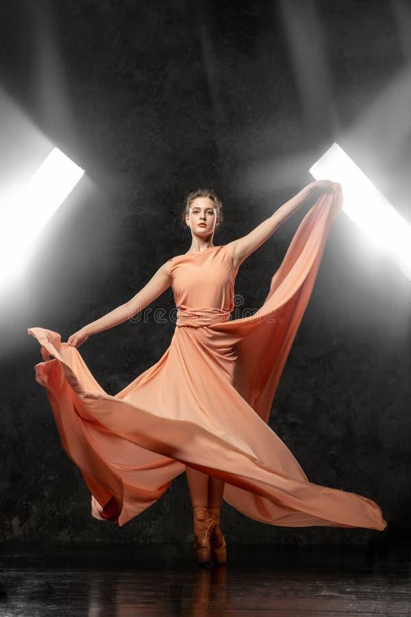 La ballerine démontre des qualifications de danse Beau ballet classique image stock