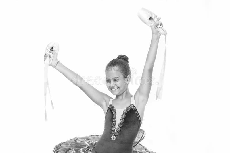 La ballerine de fille tient le fond blanc disponible de chaussures de pointe Il y a beaucoup de chemins au ballet Ballet heureux  images stock