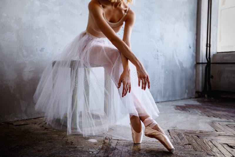 La ballerine mince superbe dans une robe noire pose dans le studio images libres de droits