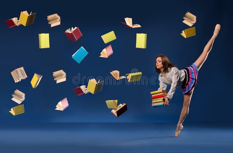 La ballerine sous la forme d'écolière avec la pile réserve photos stock