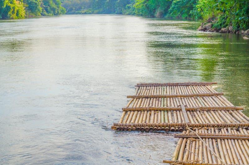 La balsa de bamb? vieja est? flotando en el r?o en la Tailandia imagen de archivo libre de regalías