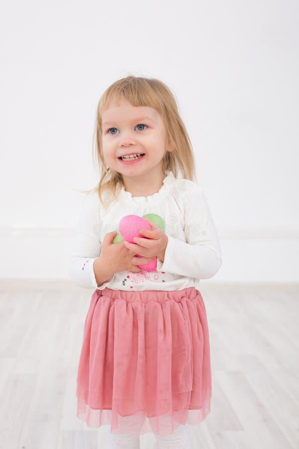 La bambina è Pasqua felice immagini stock libere da diritti