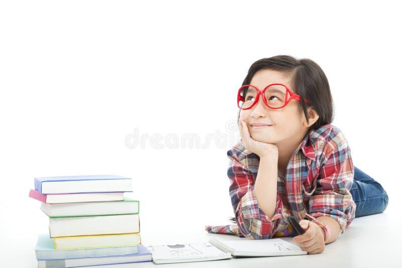 La bambina abbastanza asiatica sta pensando immagini stock