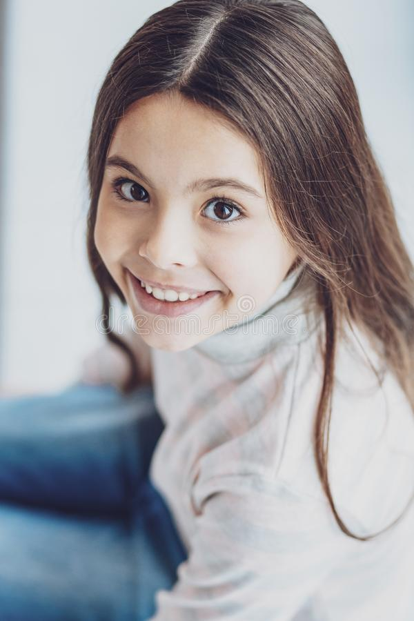 La bambina adorabile che vi esamina con scintillare osserva immagini stock