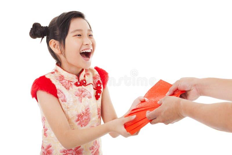 La bambina asiatica ha ricevuto la busta rossa fotografia stock