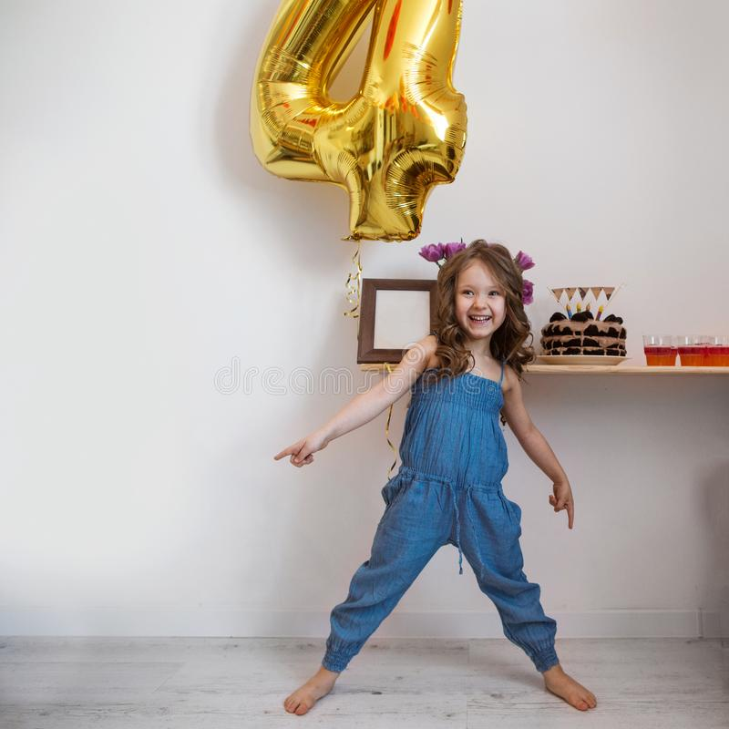 La bambina celebra il suo quarto compleanno fotografia stock libera da diritti