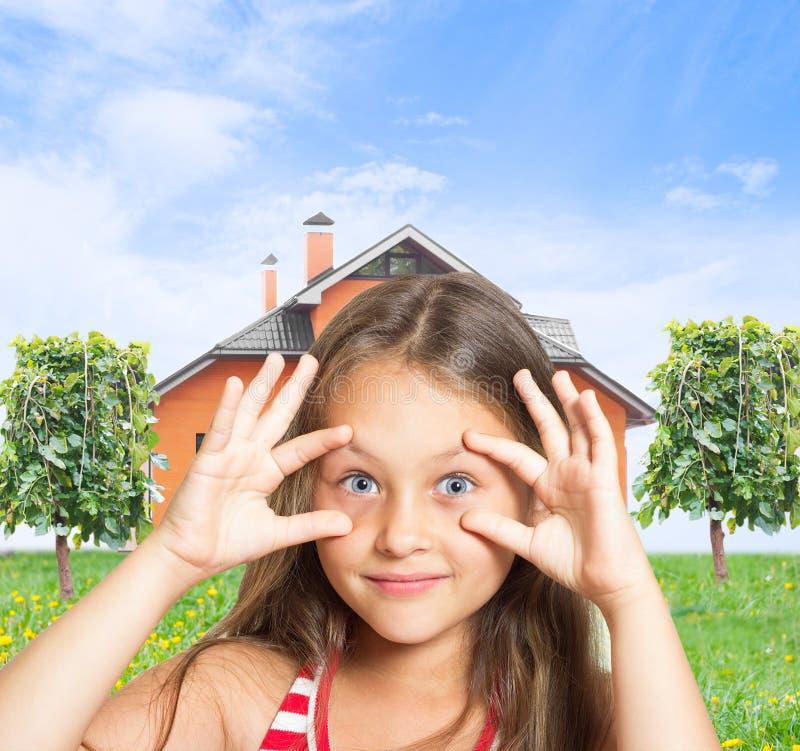 La bambina che fa domandarsi osserva immagini stock libere da diritti
