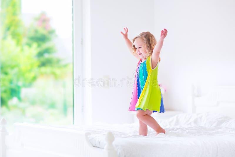 La bambina che salta su una base fotografie stock libere da diritti