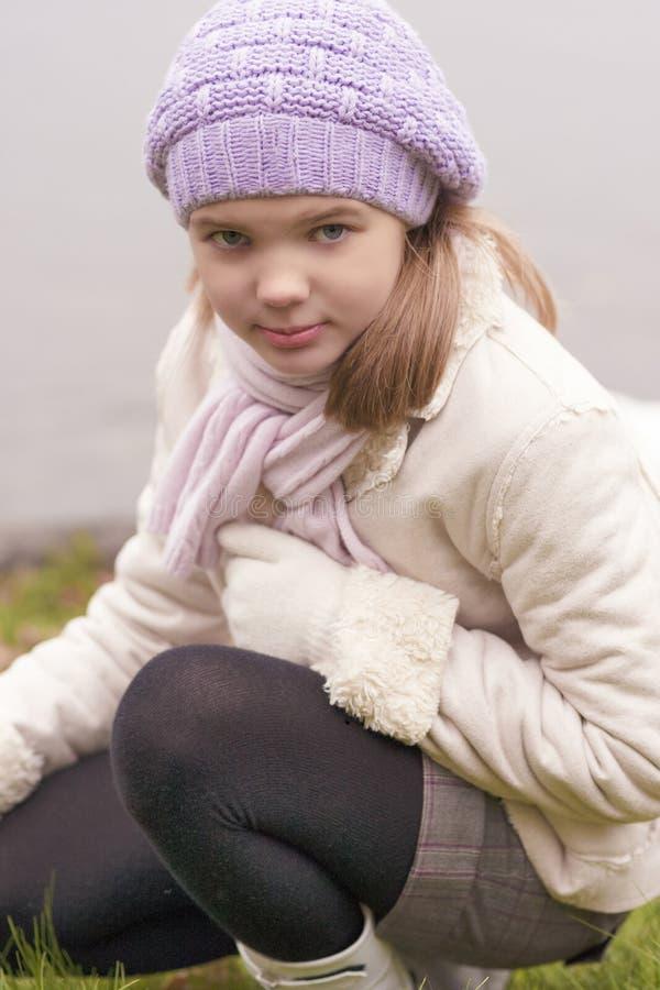 Download La Bambina Che Si Siede Sopra Hunkers Fuori Fotografia Stock - Immagine di modello, caduta: 30827750
