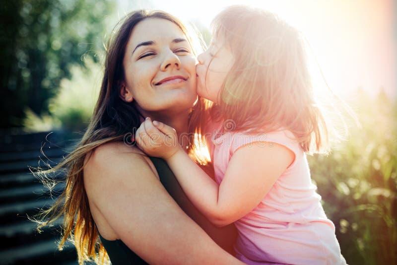 La bambina con i bisogni speciali gode di di spendere il tempo con la madre immagini stock