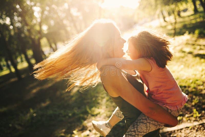 La bambina con i bisogni speciali gode di di spendere il tempo con la madre fotografia stock