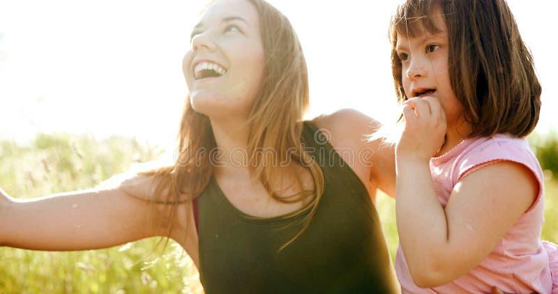 La bambina con i bisogni speciali gode di di spendere il tempo con la madre immagine stock