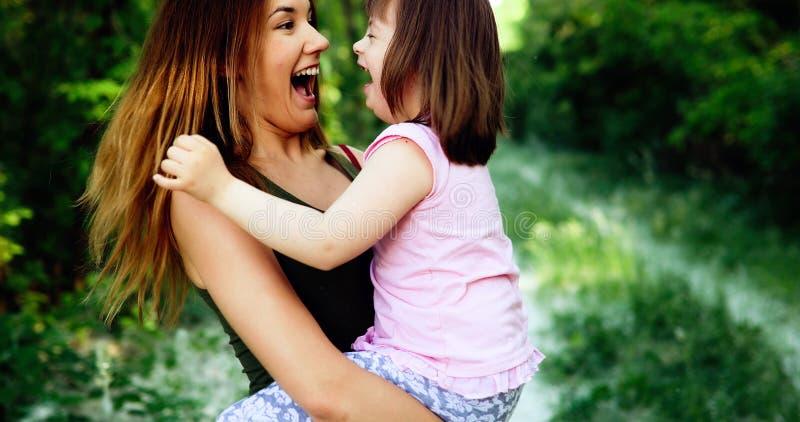 La bambina con i bisogni speciali gode di di spendere il tempo con la madre fotografie stock libere da diritti