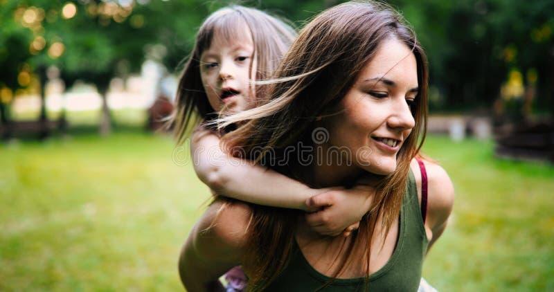 La bambina con i bisogni speciali gode di di spendere il tempo con la madre fotografia stock libera da diritti