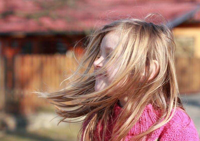 La bambina con sente il volo nel vento fotografie stock