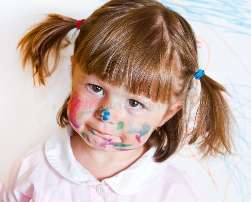 La bambina estrae le pitture fotografia stock