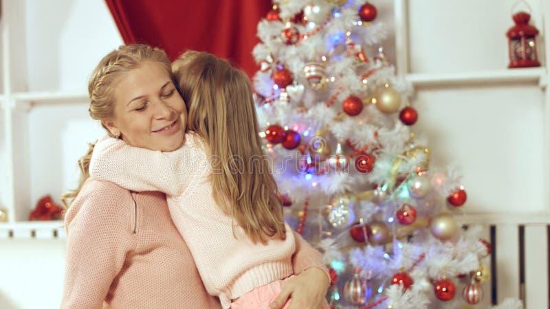 La bambina fa una sorpresa a sua madre per il nuovo anno e le elasticità presenti immagini stock libere da diritti