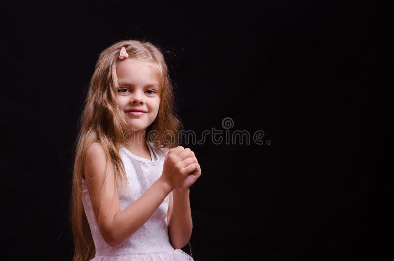 La bambina felice fa un desiderio immagine stock libera da diritti