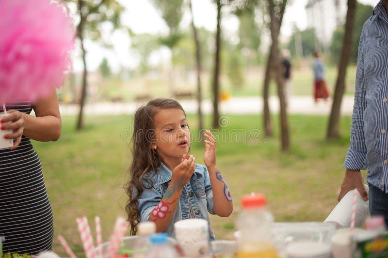 La bambina felice sta celebrando il suo compleanno fotografia stock
