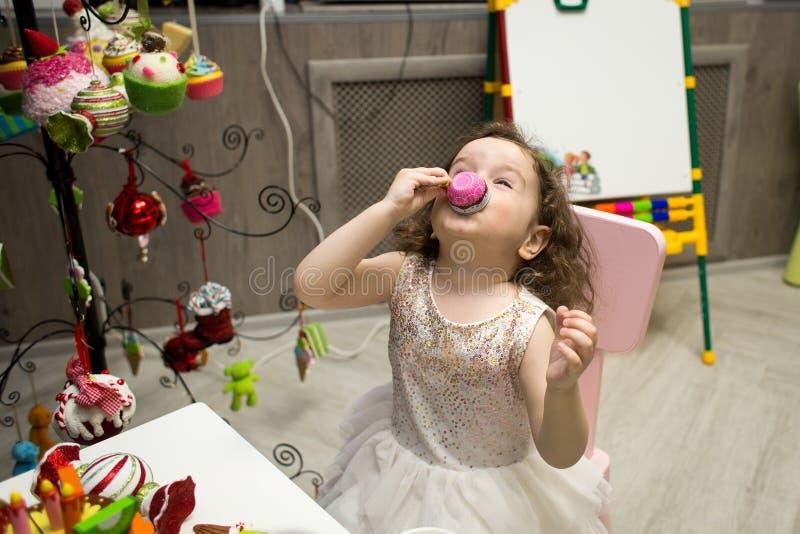 La bambina gioca a tè al party per bambini immagine stock libera da diritti