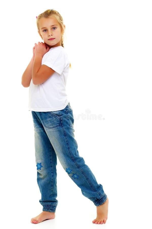 La bambina ha piegato le sue mani intorno al suo fronte fotografia stock