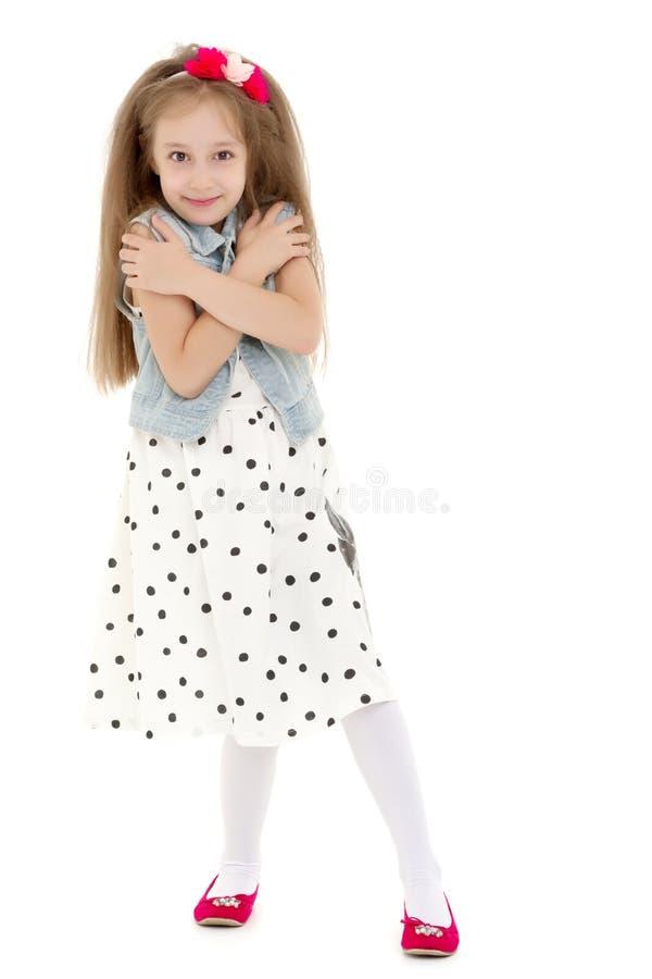 La bambina ha piegato le sue mani intorno al suo fronte immagini stock