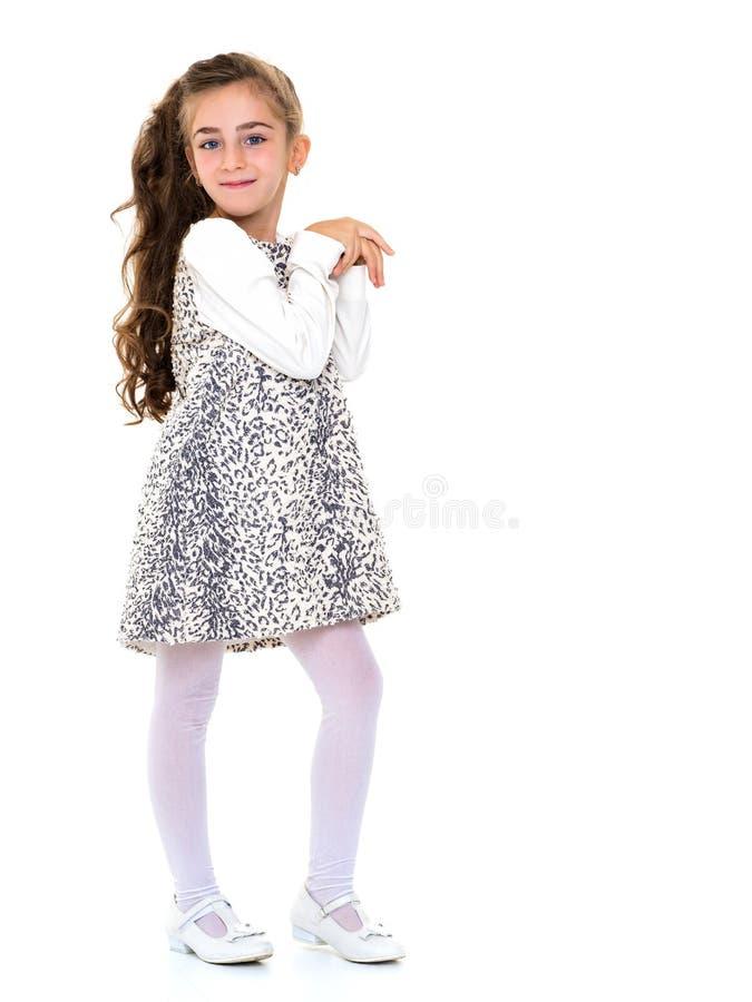 La bambina ha piegato le sue mani intorno al suo fronte fotografie stock